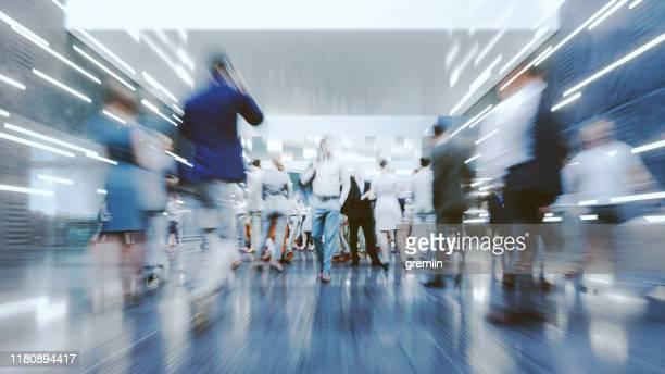 bewegungsunschärfe moderner pendler in der stadt - folgen bewegungsaktivität stock-fotos und bilder