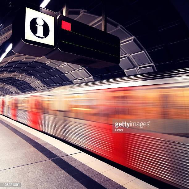 Motion Blur der U-Bahn-Zug auf Plattform