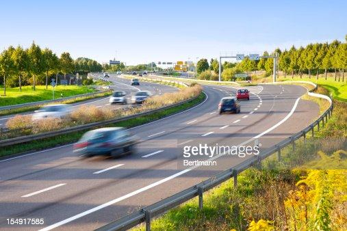 Trafic sur l'autoroute au crépuscule avec motion blur