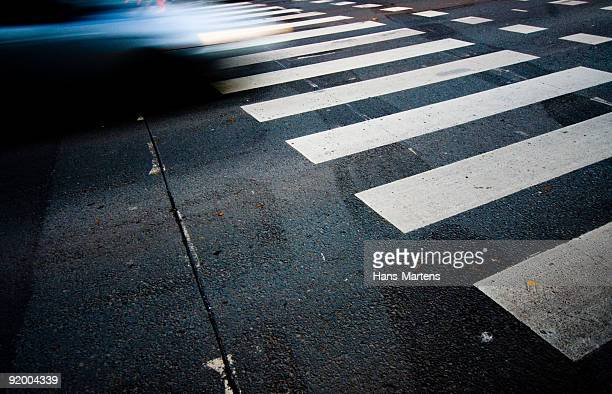 movimento offuscata auto e zeebra - strisce pedonali foto e immagini stock