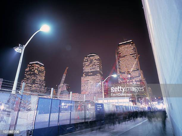 motion blurred commuters passing wtc building site - 背景に人 ストックフォトと画像
