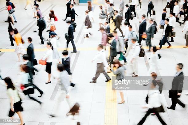 モーションブラー混雑した歩行者用通路、ビジネス、東京の人々
