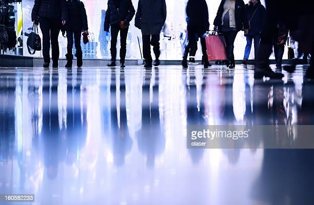 Motion verschwommene Kunden zu Fuß in shopping mall