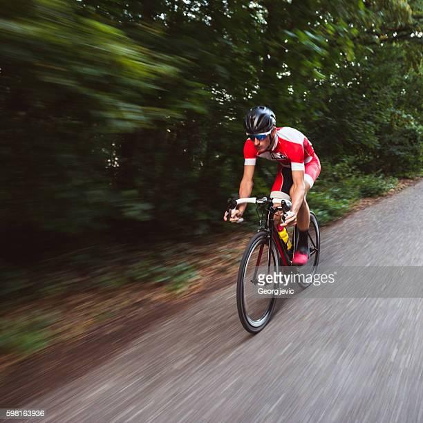 motion verschwommene radfahrer - radsport wettbewerb stock-fotos und bilder