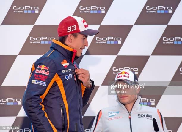 MotoGP Fahrer Marc Marquez Spanien Honda links und MotoGP Fahrer Stefan Bradl Deutschland Aprilia rechts waehrend einer Pressekonferenz vor Beginn...