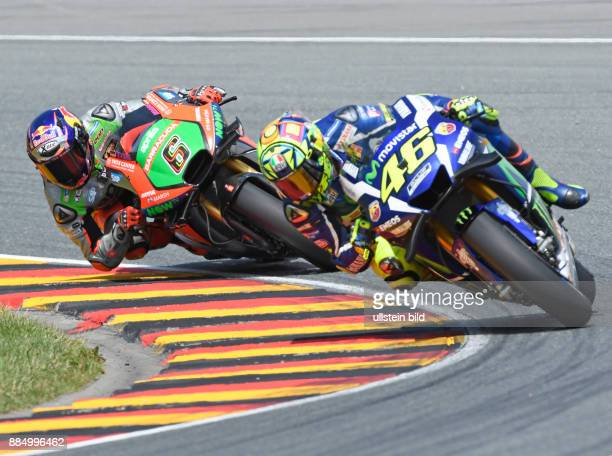 MotoGP Fahrer Stefan Bradl Deutschland Aprilia links und MotoGP Fahrer Valentino Rossi Italien Yamaha rechts waehrend der Qualifikation beim MotoGP...