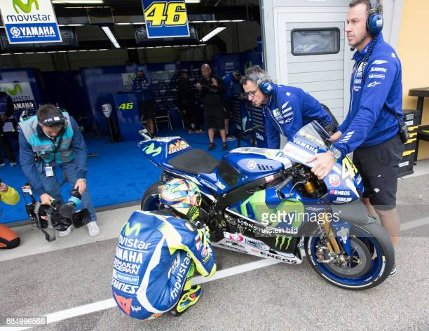MotoGP Fahrer Valentino Rossi Italien Yamaha betet vor seiner Maschine waehrend des Trainings beim MotoGP auf dem Sachsenring in HohensteinErnstthal...