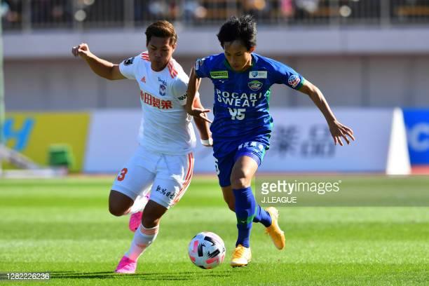 Motohiko NAKAJIMA of Albirex Niigata and Koki SUGIMORI of Tokushima Vortis battle for the ball during the J.League Meiji Yasuda J2 match between...
