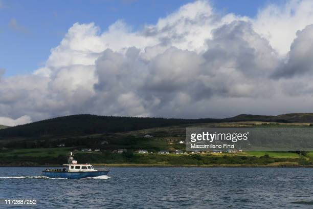 0/2019. motor boat on the coast of the island of mull. scotland. uk - hebriden inselgruppe stock-fotos und bilder