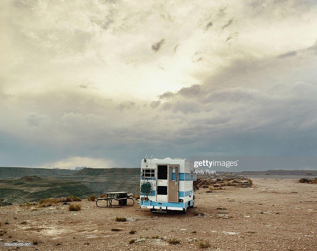 Motor home parked in picnic area on plateau in desert landscape : Foto de stock