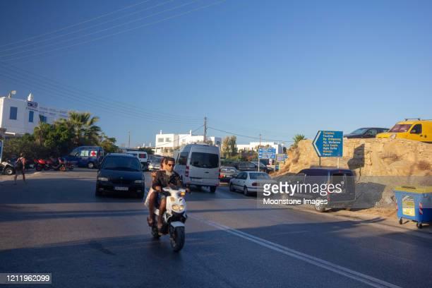 scooters in mykonos, griekenland - ver a hora stockfoto's en -beelden
