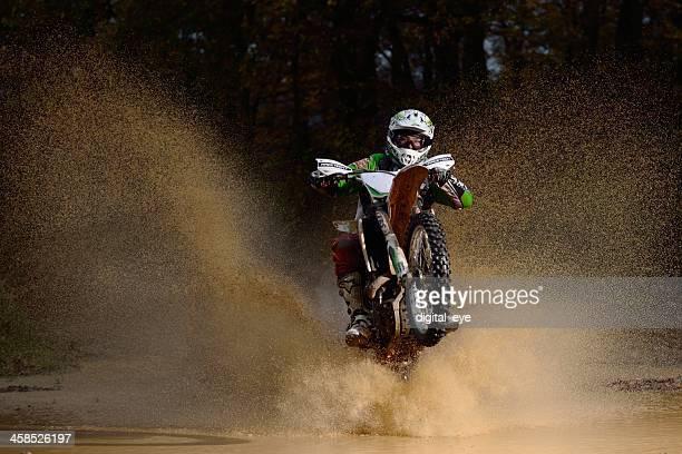 piloto e água splash - motocross imagens e fotografias de stock