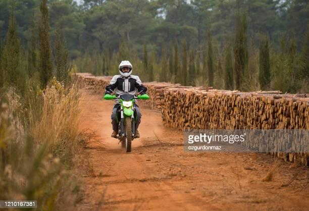 未舗装道路上のバイク - オートバイ競技 ストックフォトと画像