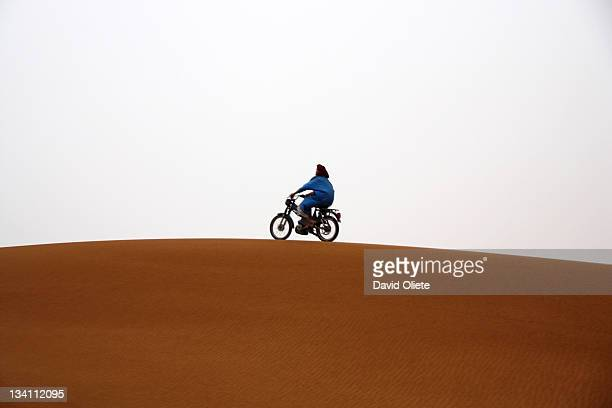 motorbike running on desert dune - david oliete stockfoto's en -beelden