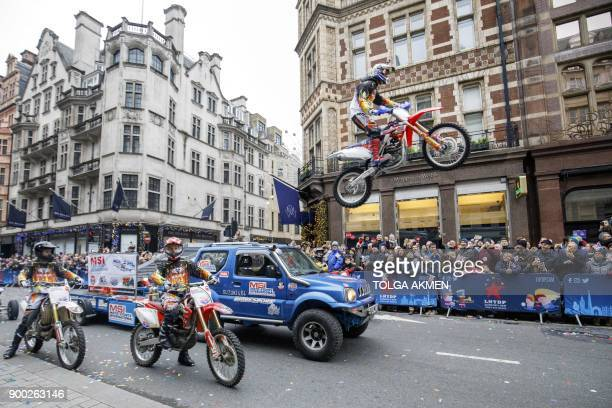 A motorbike stunt is being performed at the annual New Year's Day Parade in central London on January 1 2018 / AFP PHOTO / Tolga AKMEN