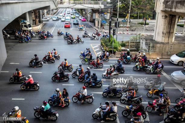バイクのトラフィックバンコク-タイ - シーロム ストックフォトと画像