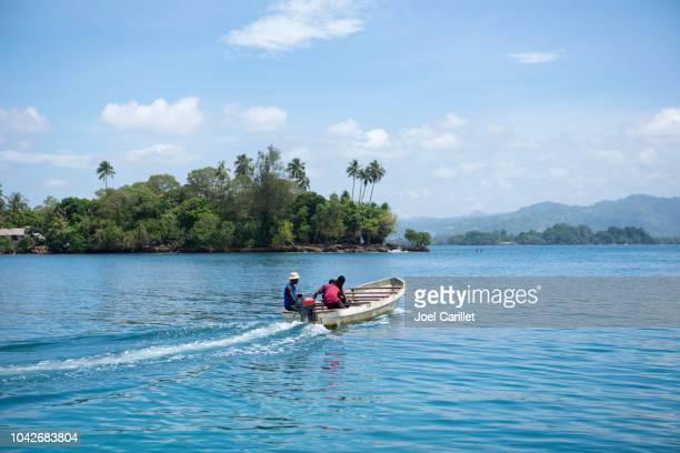 Lancha saliendo de la isla de Kranket, Madang, Papua Nueva Guinea