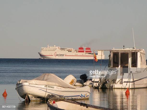 MotorBoote im Hintergrund Schiff 'acciona' Talamanca Insel Ibiza Balearen Spanien Europa Mittelmeer Boot Reise AS DIG PNr 663/2010 Foto PBischoff...