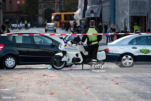 motorrad kontrolle traffic cop - seilabsperrung stock-fotos und bilder