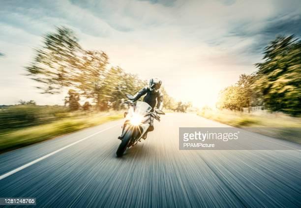 ぼやけた動きでオートバイ - 乗る ストックフォトと画像