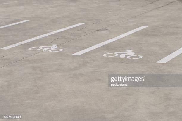 motorcycle parking - 晴れている ストックフォトと画像