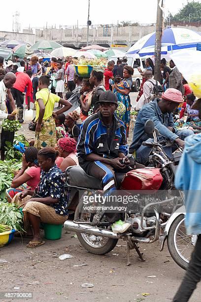 motorrad taxi in rcd, afrika - kinshasa stock-fotos und bilder