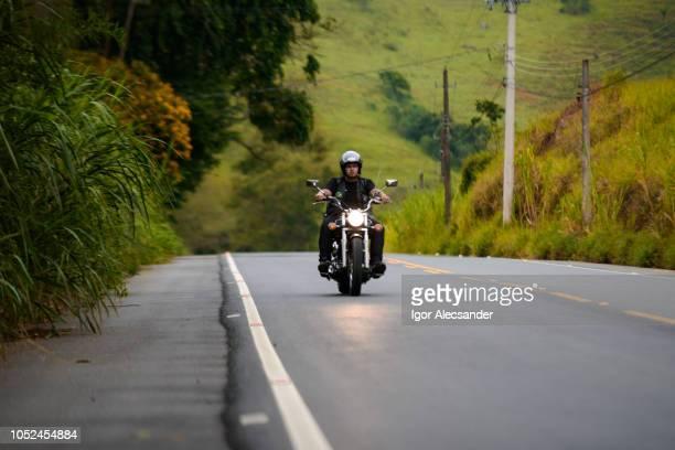 motociclista na estrada - movendo um veículo - fotografias e filmes do acervo