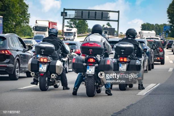 バイクは高速道路 A8 ドイツの夏の暑さで交通渋滞に立っています。
