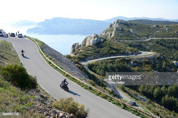 motorcyclists on the route des crêtes coast road provence france - ラシオタ ストックフォトと画像