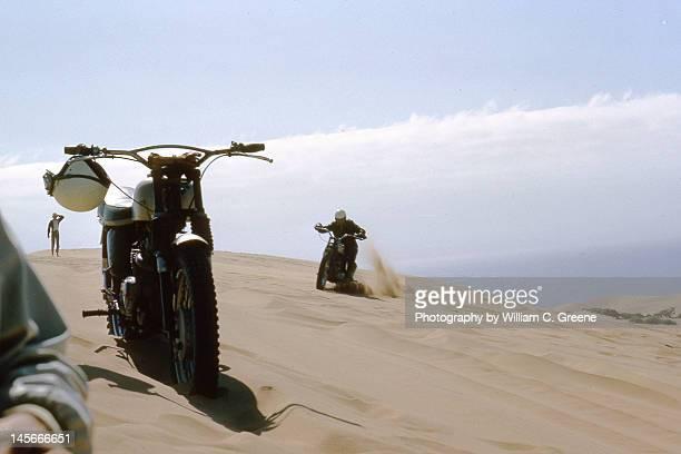 motorcyles at pismo dunes - ピスモビーチ ストックフォトと画像