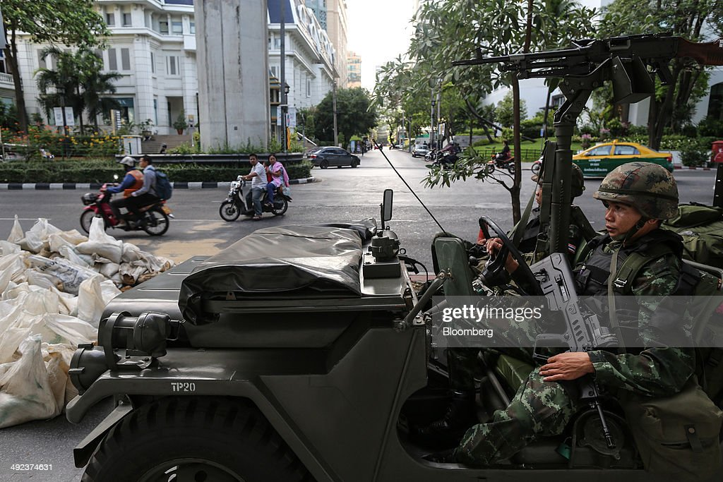 Morning Commuters As Thai Military Declares Martial Law to Curb Protests : ニュース写真