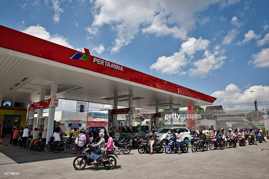 Motorists queue for fuel at a fuel station on April 30, 2013 in Yogyakarta, Indonesia. The Indonesian government is considering raising fuel prices for all vehicle types in an attempt to free up funds for infrastructure and spur growth.