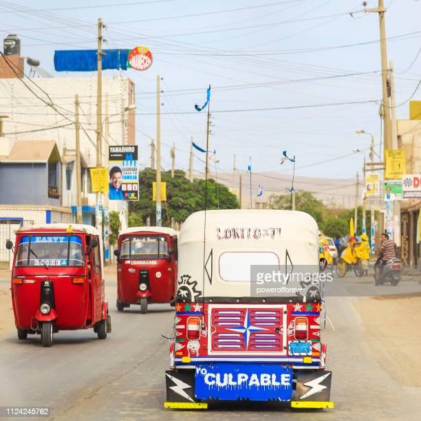Gemotoriseerde riksja's op de straat in Ica, Peru
