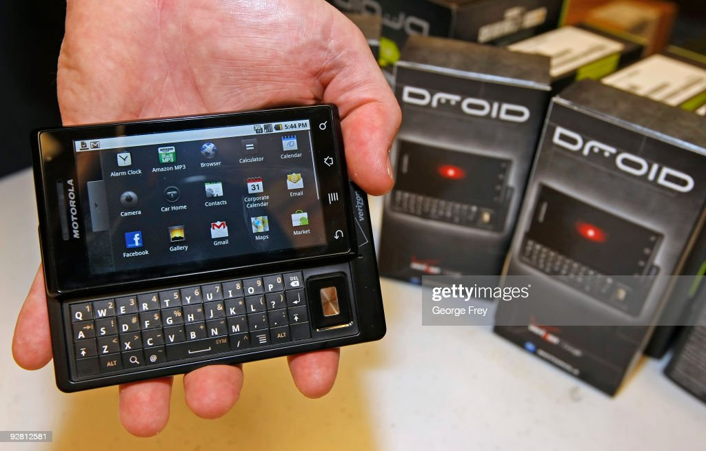 Retailers Prepare For Launch Of Motorola's New Droid Phone : News Photo