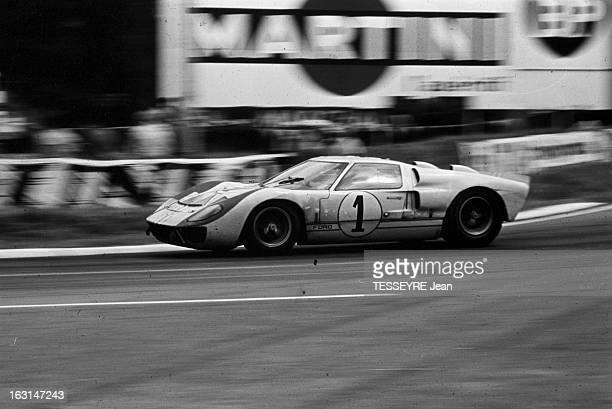 Motorsport 24 Hours Of Le Mans 1966 En France lors des 24 heures du Mans se déroulant du 18 au 19 juin 1966 la voiture de course Ford GT40 de Ken...