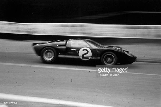 Motorsport 24 Hours Of Le Mans 1966 En France lors des 24 heures du Mans se déroulant du 18 au 19 juin 1966 la voiture de course Ford GT40 de Bruce...
