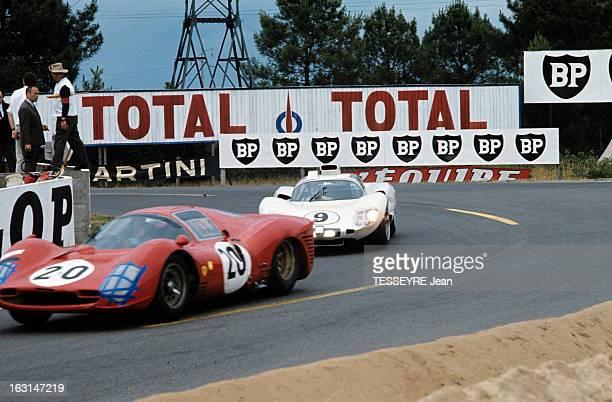 Motorsport 24 Hours Of Le Mans 1966 Sur le circuit du Mans dans un virage deux voitures une Ferrari 330 P3 suivie d'une Ford GT40