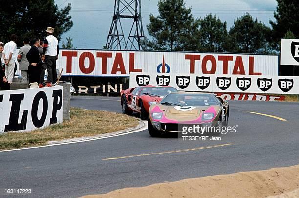 Motorsport 24 Hours Of Le Mans 1966 Sur le circuit du Mans dans un virage deux voitures une Ford GT40 suivie d'une Ferrari 330 P3