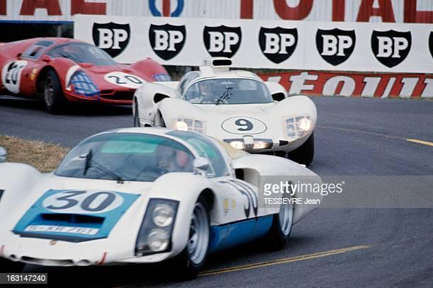 Motorsport 24 Hours Of Le Mans 1966 Sur le circuit du Mans dans un virage une Porsche 906 suivie d'une Chaparral et d'une Ferrari 330 P3