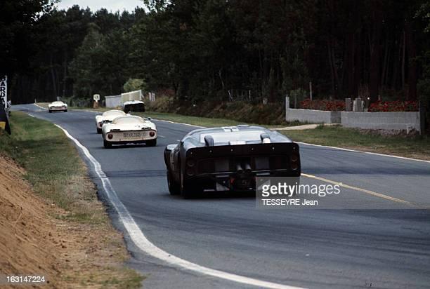 Motorsport 24 Hours Of Le Mans 1966 Sur le circuit du Mans des voitures de course vues de l'arrière