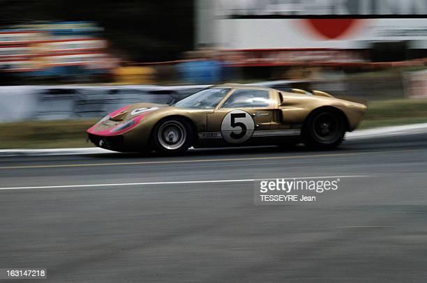 Motorsport 24 Hours Of Le Mans 1966 Sur le circuit du Mans la Ford GT40 de profil