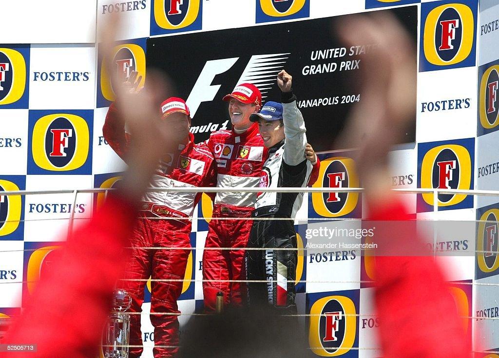 GP der USA 2004, Indianapolis; Ein Ferrari-Mechaniker bejubelt das Podium: Rubens BARRICHELLO / BRA, Ferrari (2.Platz). Michael SCHUMACHER / GER, Ferrari (1.Platz) und Takuma SATO / JAP, BAR-Honda (3.Platz) 20.06.04.