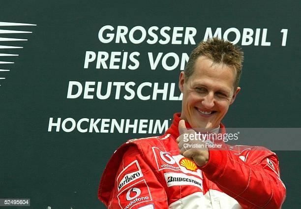 Motorsport / Formel 1: GP von Deutschland 2004, Hockenheim; Rennen; Jubel Michael SCHUMACHER / Ferrari auf dem Podium. 25.07.04.