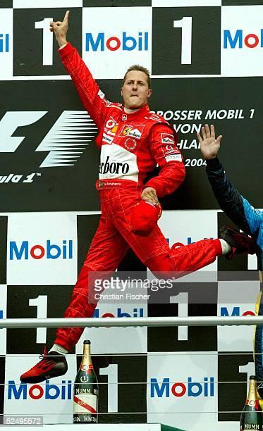 Motorsport / Formel 1 GP von Deutschland 2004 Hockenheim Rennen Michael SCHUMACHER / Ferrari springt auf dem Podium im Jubel in die Luft 250704