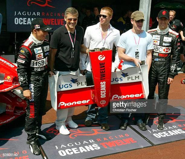 Motorsport / Formel 1 GP von Monaco Christian KLIEN George CLOONEY Brad PITT Matt DAMON und Mark WEBBER stehen vor der Jaguarbox 220504