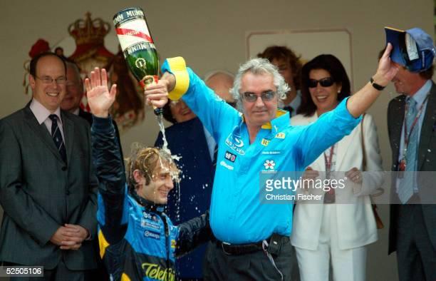 Motorsport / Formel 1: GP von Monaco; Jarno TRULLI / Renault und sein Teamchef Flavio BRIATORE jubeln nach dem Sieg. 23.05.04.