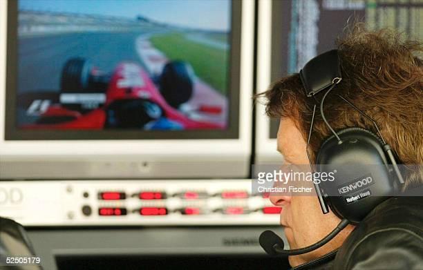 Motorsport / Formel 1: GP von Spanien 2004, Barcelona; McLaren Mercedes Sportchef Norbert HAUG schaut auf einen Zeitenmonitor in dem gerade das Bild...