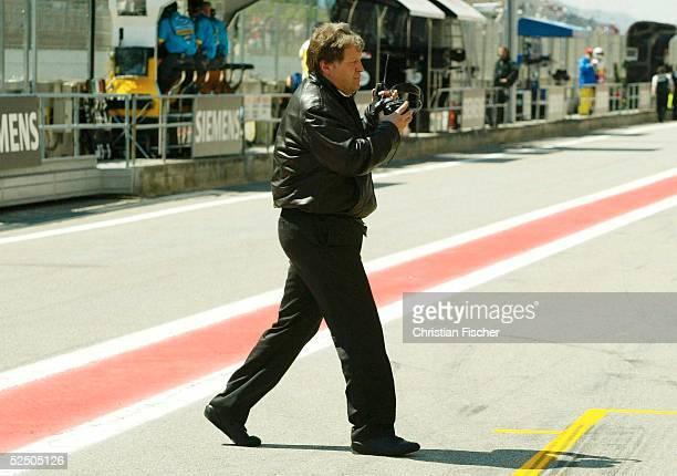 Motorsport / Formel 1: GP von Spanien 2004, Barcelona; Mercedes - Sportcef Norbert Haug geht von seinem Komandostand. 09.05.04.