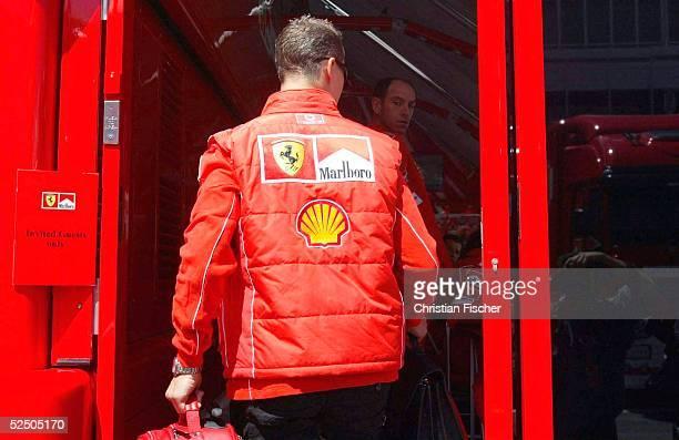 Motorsport / Formel 1: GP von Spanien 2004, Barcelona; Michael SCHUMACHER / Ferrari kommt Donnerstagmittag auf der Strecke in Barcelona an und geht...