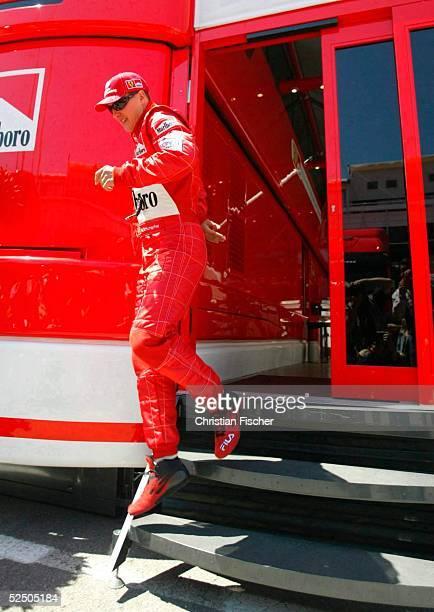 Motorsport / Formel 1: GP von Spanien 2004, Barcelona; Michael SCHUMACHER / Ferrari rennt aus dem Motorhome heraus und geht zum Qualifying. 08.05.04.